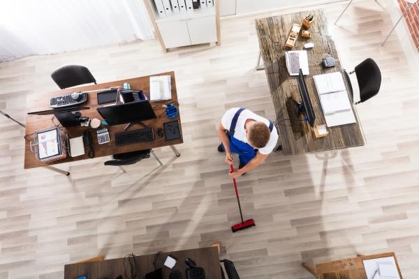 Pan sprzątający podłogi