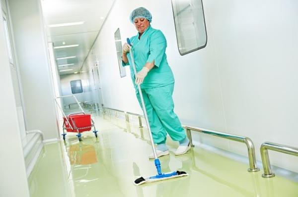 Pani pielęgniarka sprzątająca korytarz w szpitalu